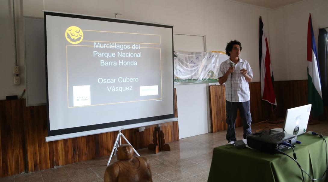 Un membre de l'équipe de Projects Abroad donne une présentation sur l'importance de la protection de l'environnement et le rôle de Barra Honda sur la faune et la flore.